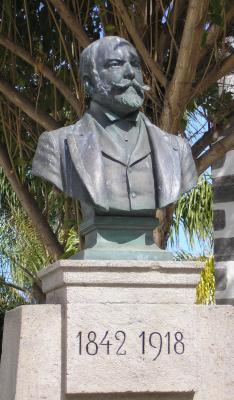 Ofrenda floral ante el monumento a Don Fernando de León y Castillo en el 166 aniversario de su nacimiento