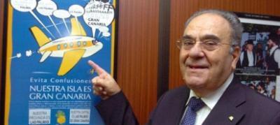 Juan González Peñate ha pasado los últimos siete años mandando escritos de su puño y letra a Aena, IATA, Bruselas y alcaldes